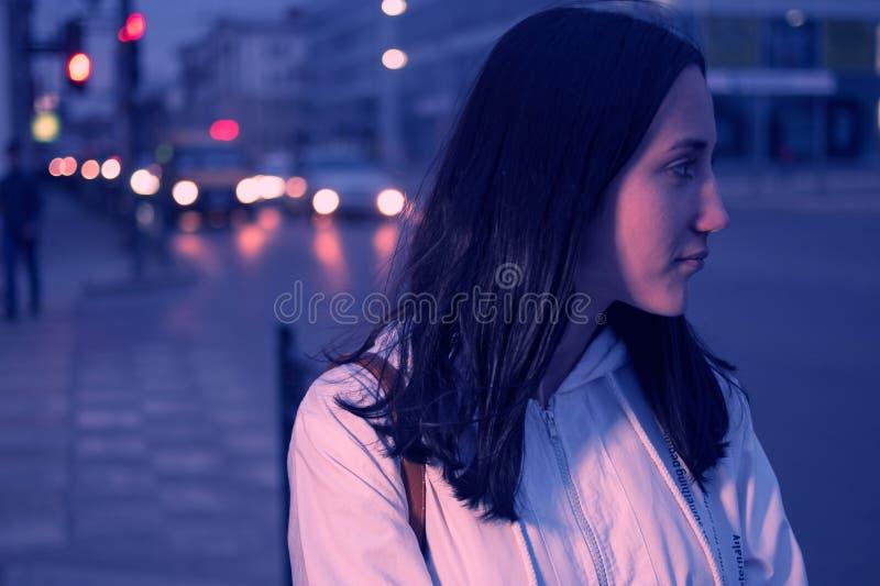 Jeune femme contre des lumières d'une ville de nuit Carlights Defocused sur le fond colorized filtre comme Instagram photos libres de droits