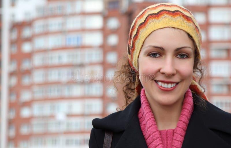 Jeune femme contre la construction beaucoup-storeyed photos libres de droits