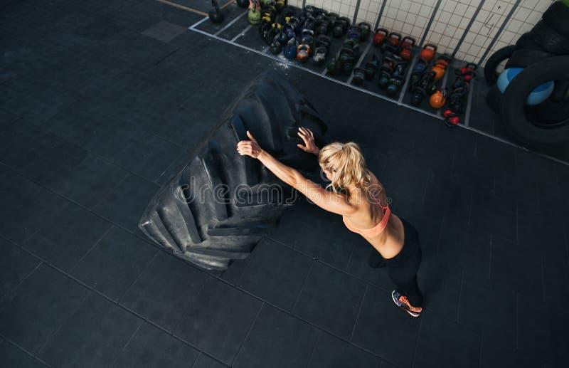 Jeune femme convenable faisant l'exercice de crossfit photo libre de droits