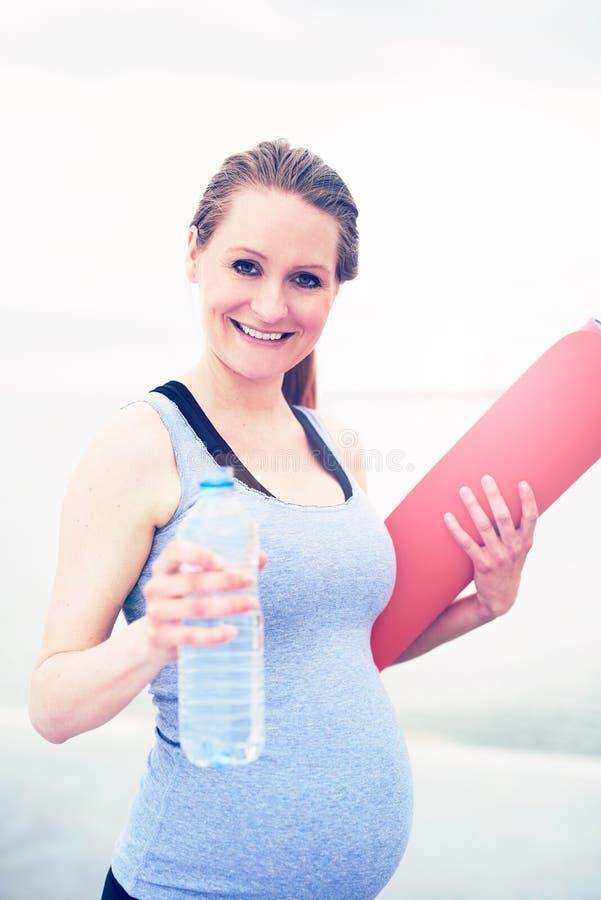 Jeune femme convenable s'exerçant pendant la grossesse photographie stock libre de droits