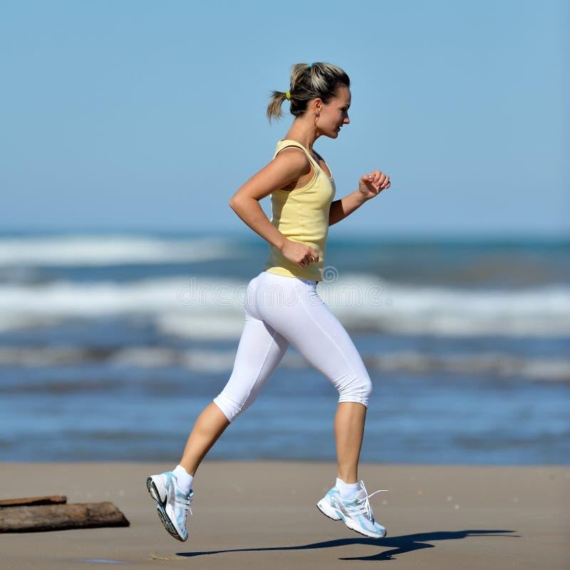jeune femme courant sur la plage image stock image du sportif d termination 24563789. Black Bedroom Furniture Sets. Home Design Ideas