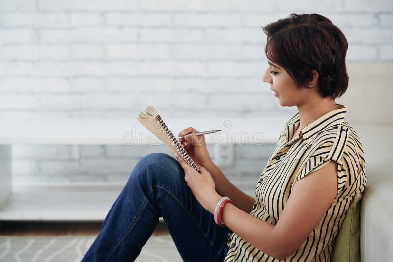 Jeune femme créative photo libre de droits