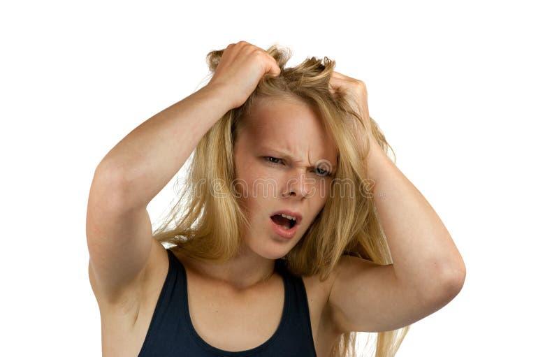 Jeune femme criard déchirant son cheveu image libre de droits