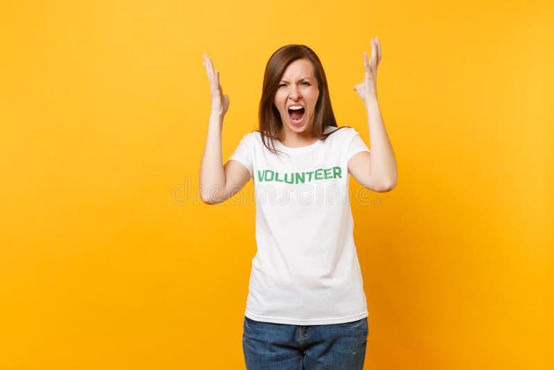 Jeune femme criarde choquée fâchée de portrait dans le T-shirt blanc avec le volontaire écrit de titre de vert d'inscription d'is photos libres de droits