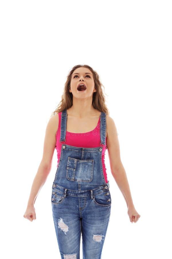 Jeune femme criarde fâchée avec le poing serré photos stock