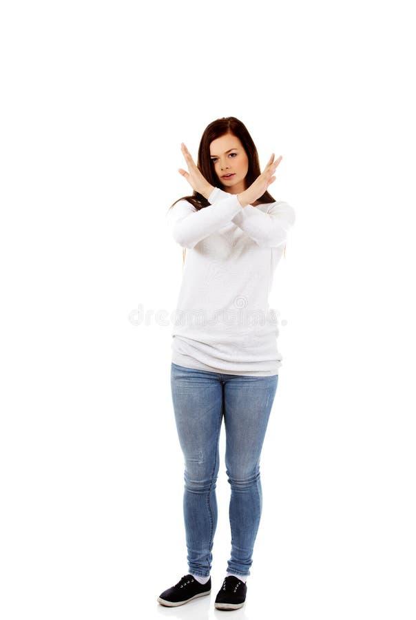 Jeune femme criarde fâchée faisant des gestes le signe d'arrêt image libre de droits