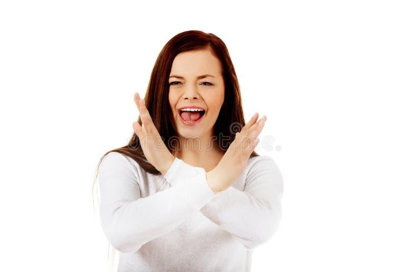 Jeune femme criarde fâchée faisant des gestes le signe d'arrêt images libres de droits
