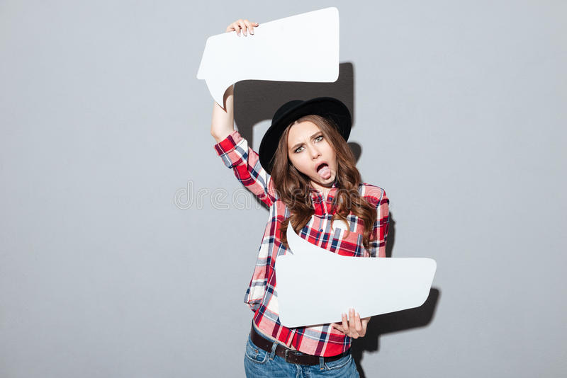 Jeune femme criarde tenant la bulle de la parole photos stock