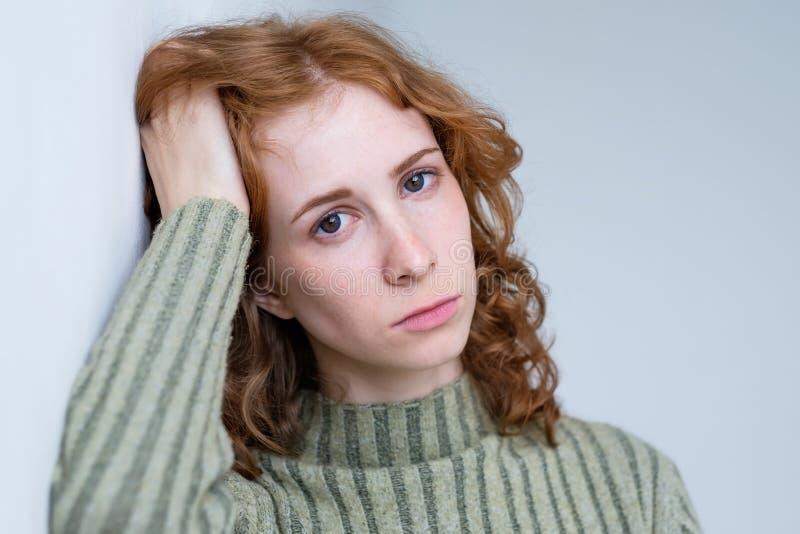Jeune femme déçue avec les cheveux bouclés rouges photos libres de droits