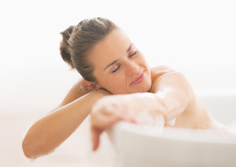 Jeune femme décontractée dans la baignoire images stock