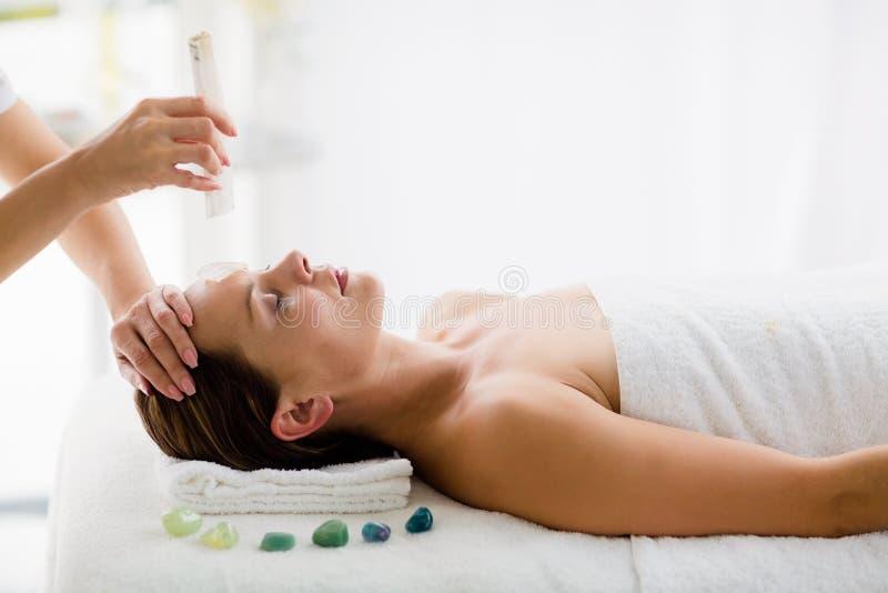 Jeune femme décontractée recevant le traitement de massage images libres de droits