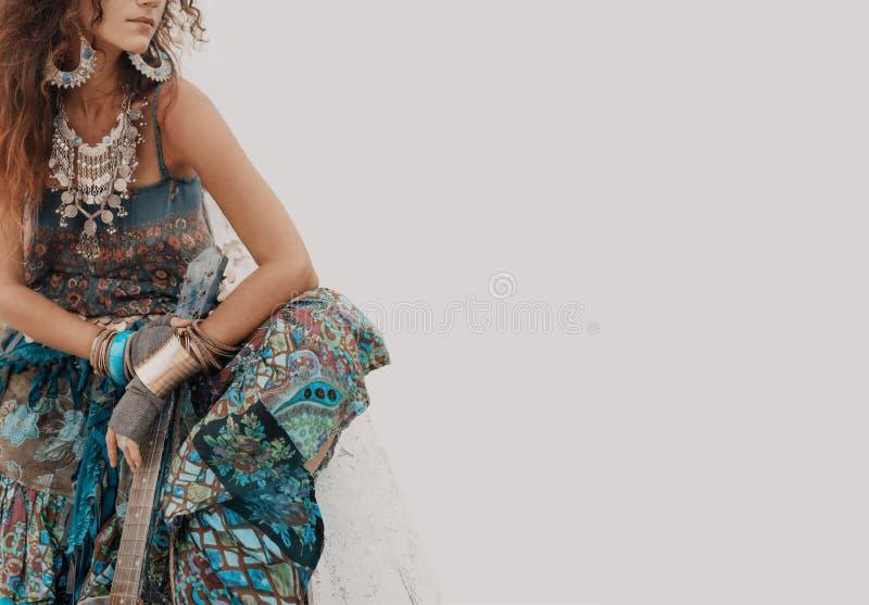 Jeune femme dénommée hippie gitane avec la guitare photographie stock