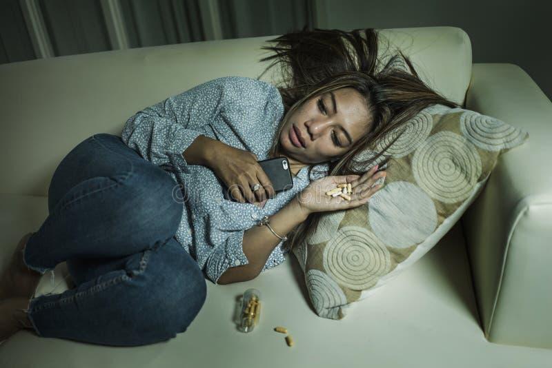 Jeune femme déprimée et impuissante attirante d'intoxiqué sentant les comprimés maltraitants tristes désespérés souffrir la coupu photographie stock