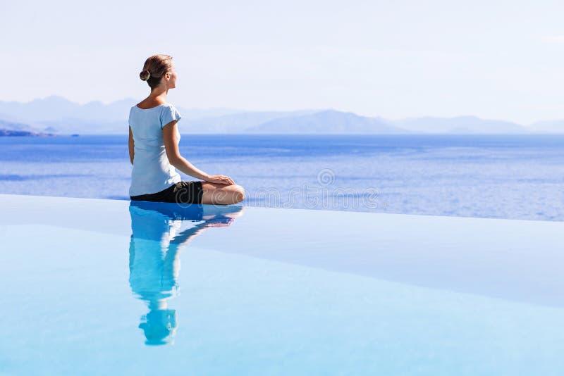 Jeune femme détendant à l'extérieur photos stock