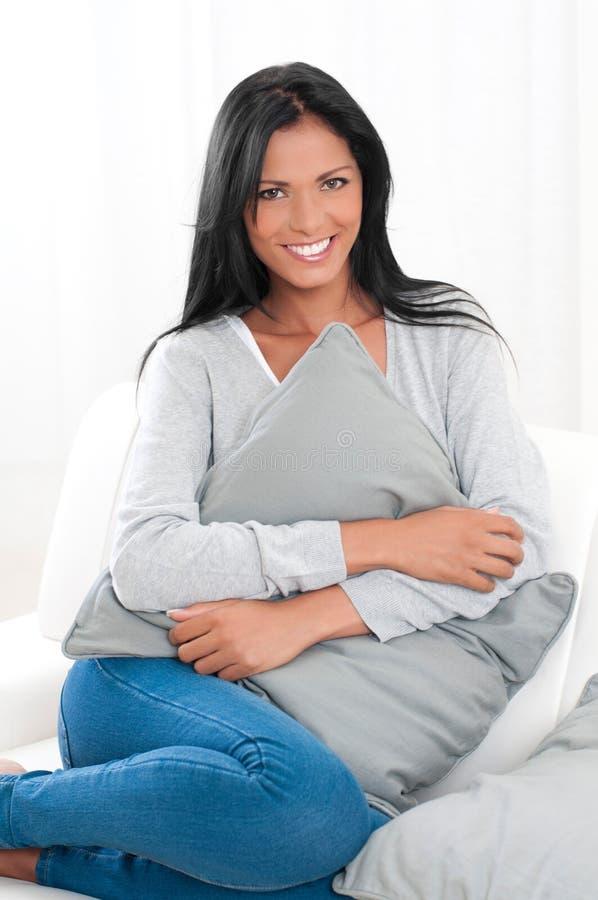 Jeune femme détendant à la maison photographie stock