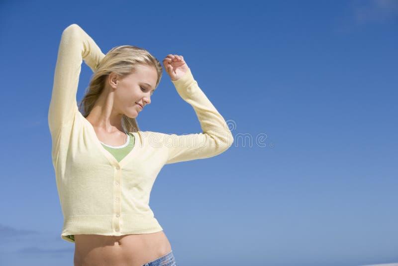 Jeune femme détendant à la plage photographie stock libre de droits