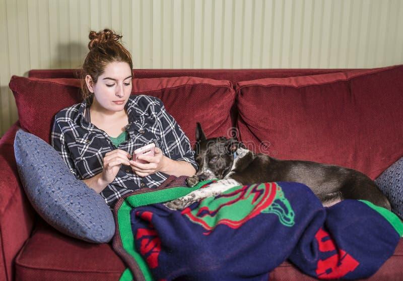 Jeune femme détendant avec le chien photos libres de droits
