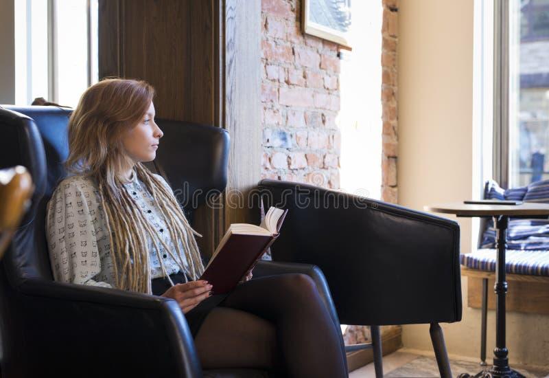 jeune femme détendant dans un café Concept de mode de vie d'indépendant photo libre de droits