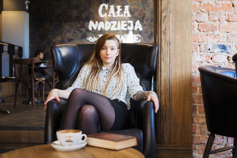 jeune femme détendant dans un café Concept de mode de vie d'indépendant photographie stock