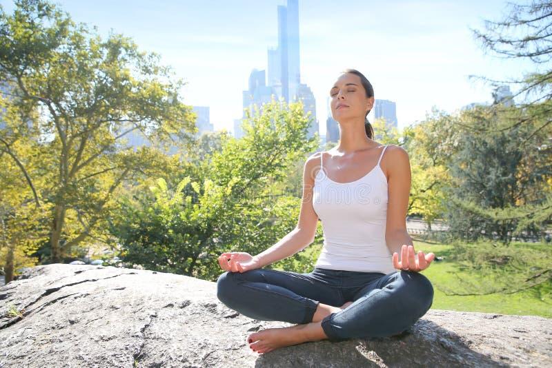 Jeune femme détendant en parc de ville photo libre de droits