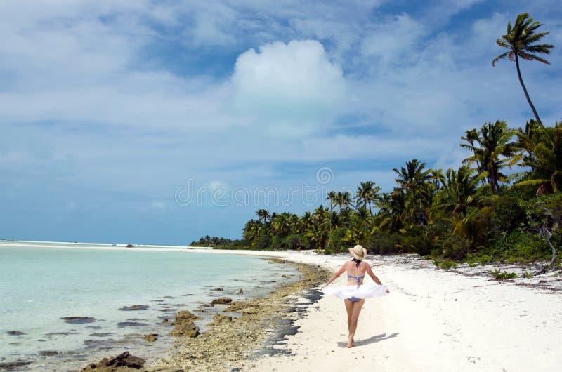 Jeune femme détendant sur l'île tropicale abandonnée photo libre de droits