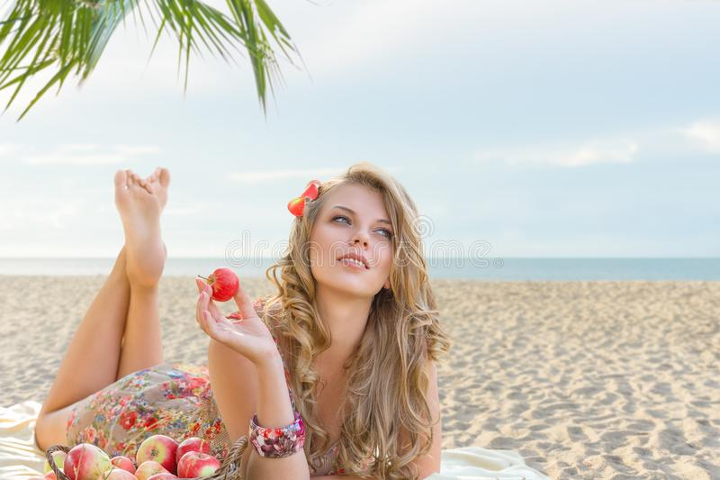 Jeune femme détendant sur la plage photo libre de droits