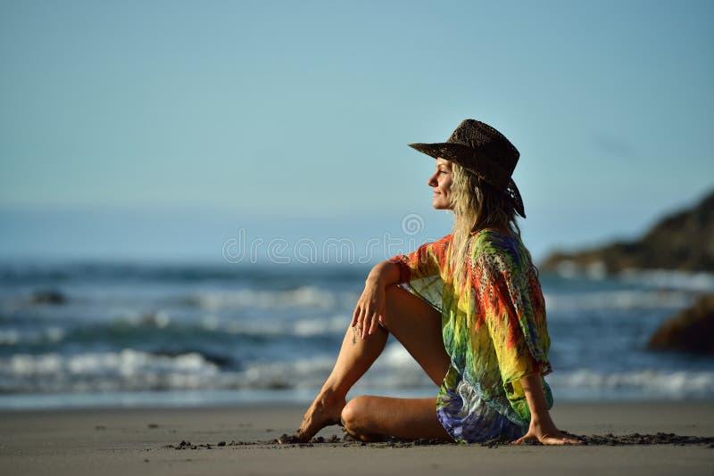 Download Jeune Femme Détendant Sur La Plage En été Image stock - Image du sunbathing, espace: 56481697
