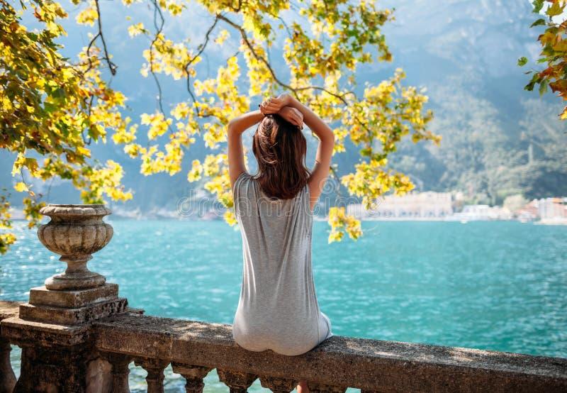 Jeune femme détendant sur le beau lac garda photographie stock