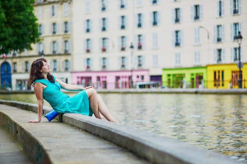Jeune femme détendant sur le canal St Martin un jour d'été à Paris, France images libres de droits