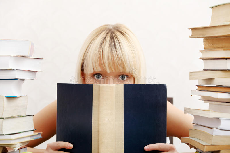 Jeune femme d'étudiant photos stock