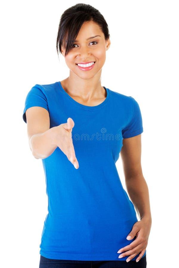 Jeune femme d'étudiant prête à la poignée de main image stock