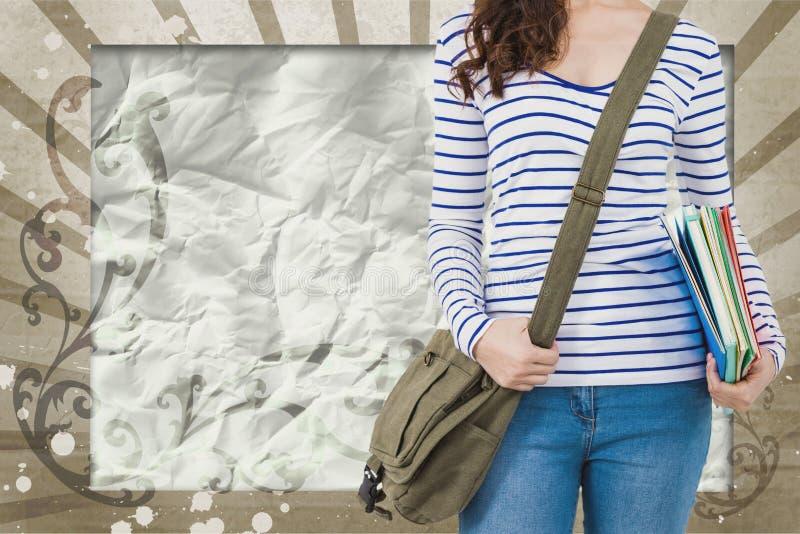 Jeune femme d'étudiant se tenant sur le fond éclaboussé brun et blanc image stock