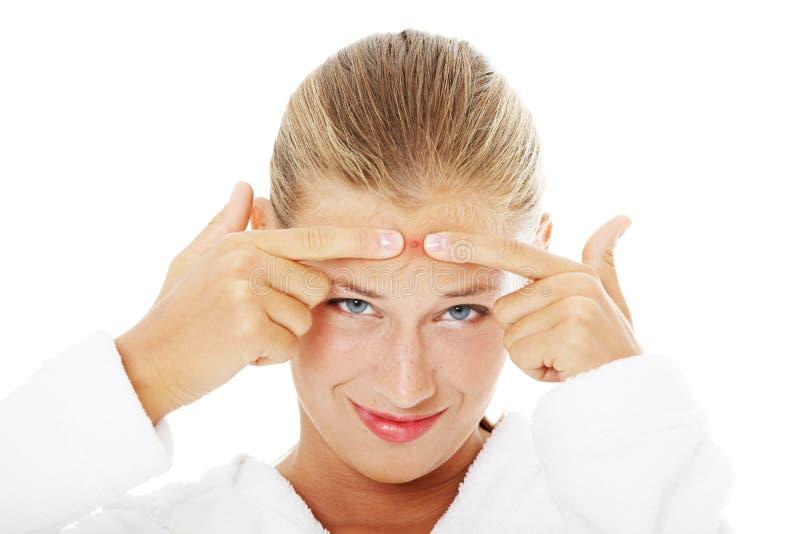 Jeune femme d'adolescent avec le bouton sur son visage photographie stock