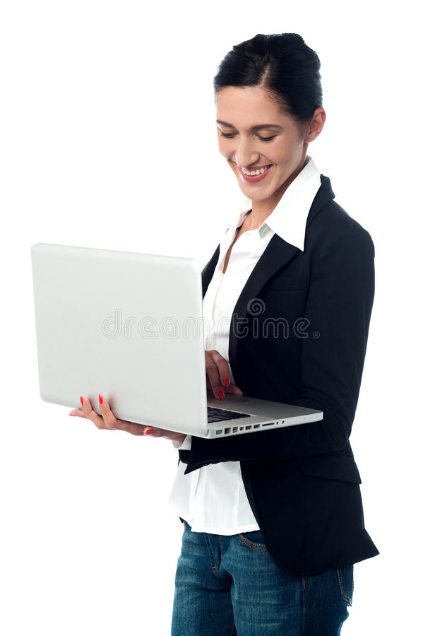 Jeune femme d'affaires à l'aide de l'ordinateur portatif photo libre de droits