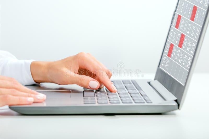 Jeune femme d'affaires écrivant dans un cahier Organisateur de planificateurs Date Événements Calendrier Concept images stock