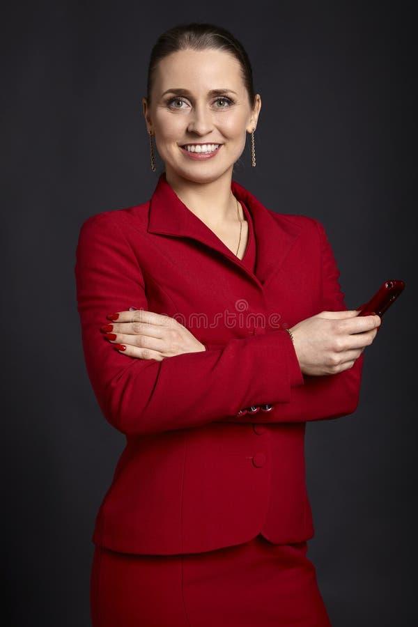 Jeune femme d'affaires élégante avec un téléphone portable photo libre de droits