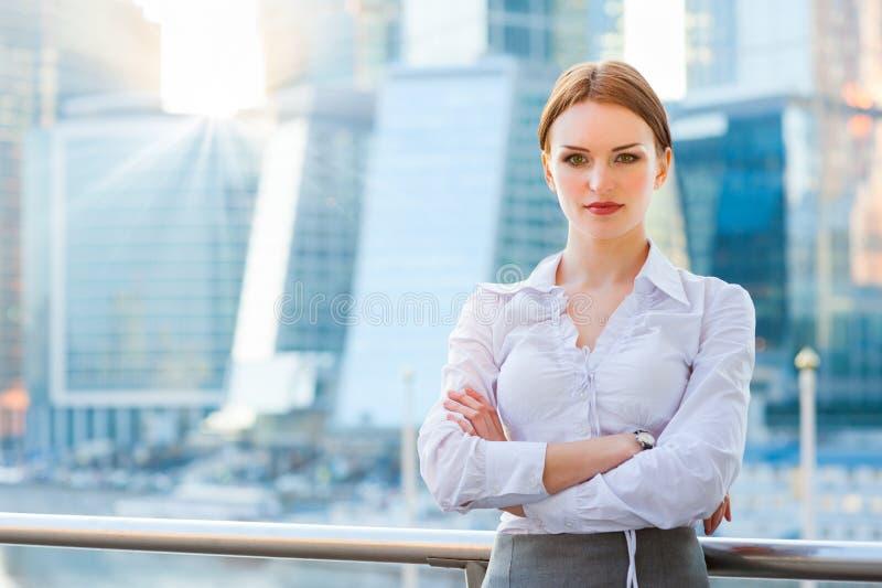 Jeune femme d'affaires image stock