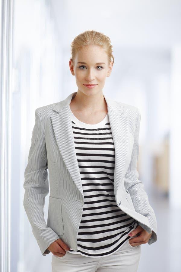 Jeune femme d'affaires photographie stock