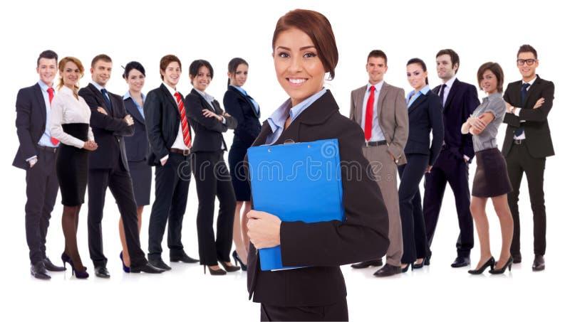 Jeune femme d'affaires aboutissant une équipe photographie stock