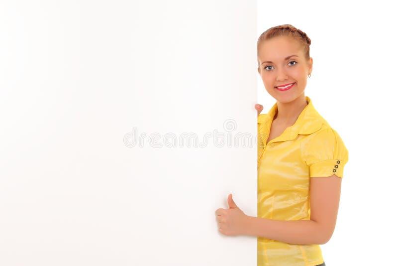 Jeune femme d'affaires affichant le panneau indicateur blanc images stock