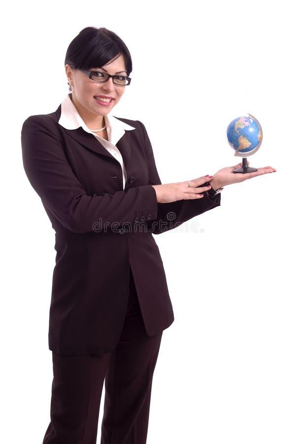 Jeune femme d'affaires affichant un modèle de la terre photos libres de droits