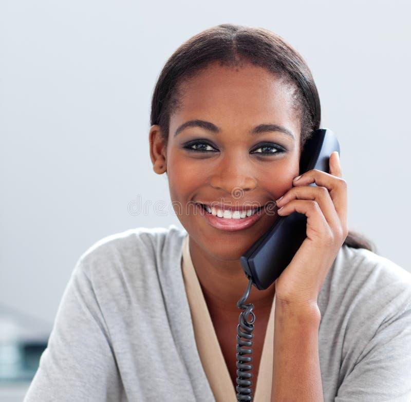 Jeune femme d'affaires africaine au téléphone image stock
