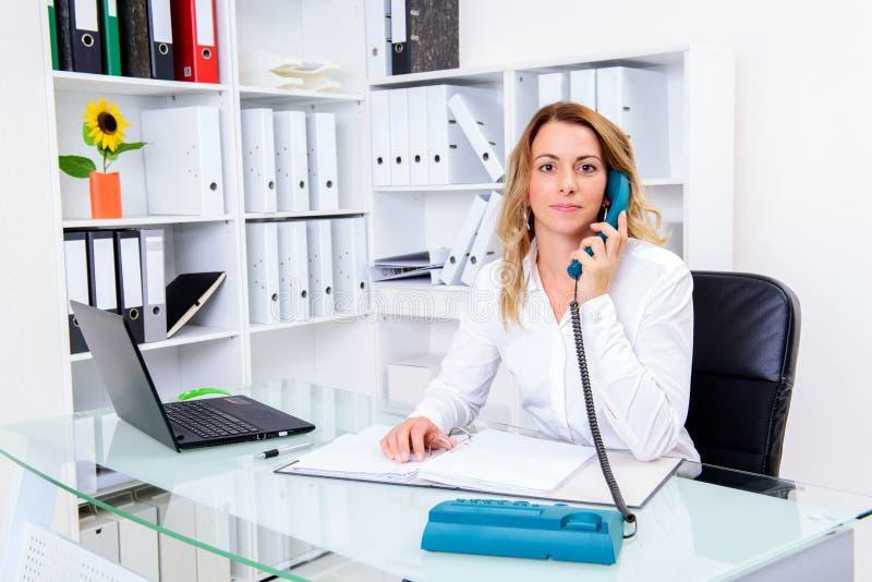 Jeune femme d'affaires appelle blond photo libre de droits