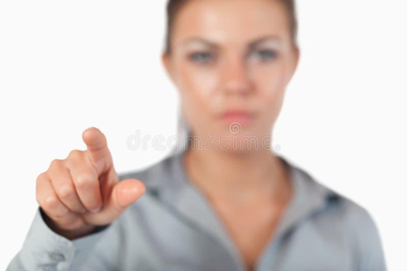 Jeune femme d'affaires appuyant sur une touche invisible image stock