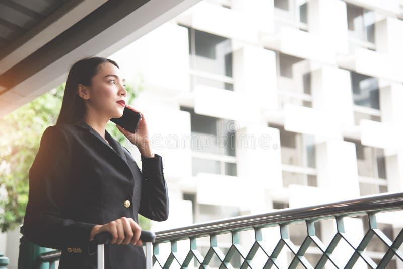 Jeune femme d'affaires asiatique à l'aide du téléphone portable photo stock