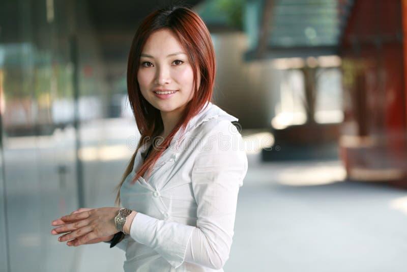 Jeune femme d'affaires asiatique image stock