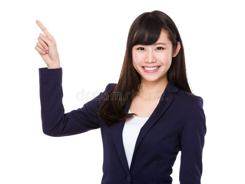 Jeune femme d'affaires asiatique avec le point de doigt  photos libres de droits