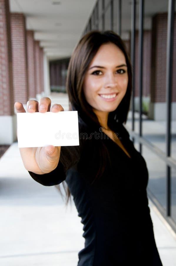 Jeune femme d'affaires asiatique retenant une carte vierge image stock