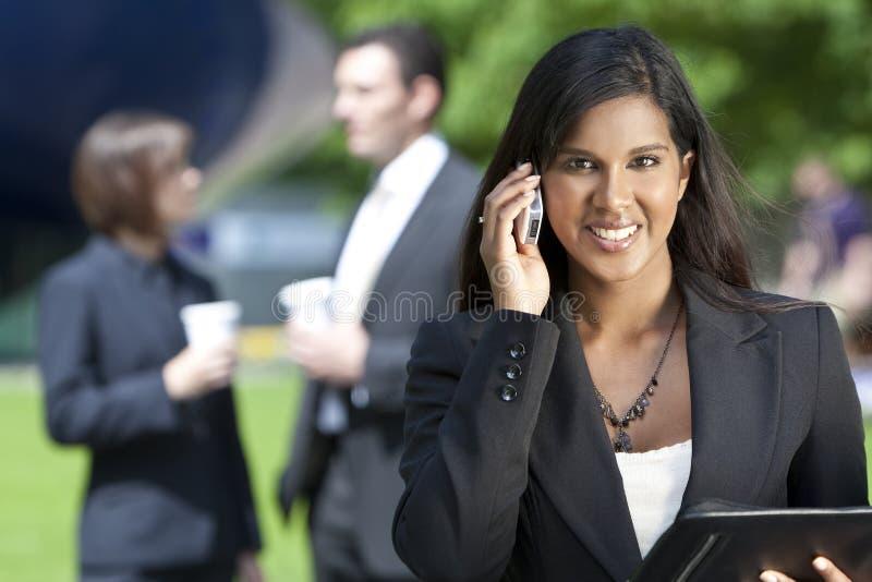 Jeune femme d'affaires asiatique sur son téléphone portable images stock