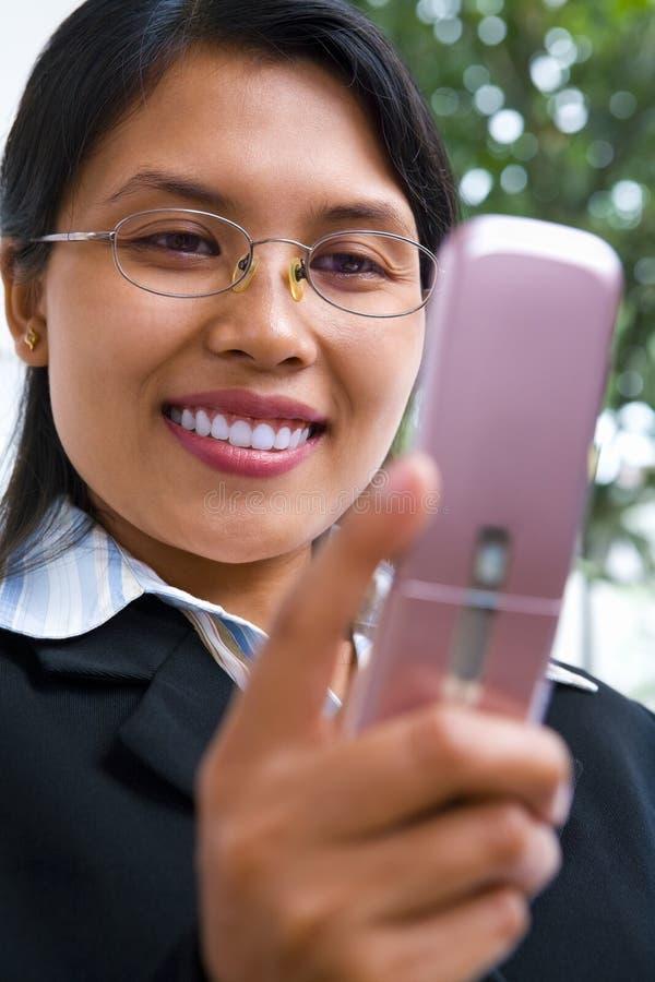 Jeune femme d'affaires asiatique utilisant la messagerie textuelle photo libre de droits